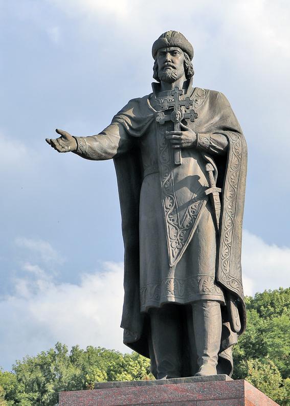 Памятник святому Владимиру. Смоленск, набережная Днепра. Скульптор В. С. Гращенков. 2015 г.